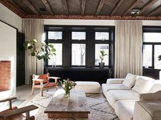 Een donker en warm appartement in Stockholm - Roomed