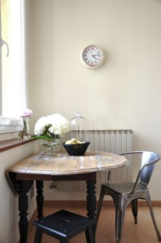 Cuisine : une nouvelle table en bois donne un charme rétro à la cuisine. @Bel_Ordinaire