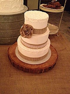 Choosing the right wedding cake design is sometimes more important than the flavour. Regardless if the wedding happens to be small or large. Country wedding cake burlap can be one of the various selection to choose from, and also the perfect way to make your fall wedding reception even better and perfect.