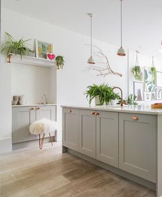 The Nordroom - A Vibrant & Colorful Family Home in London Copper Handles Kitchen, Copper And Grey Kitchen, Grey Shaker Kitchen, Copper Kitchen Accessories, Copper Kitchen Decor, Grey Kitchen Cabinets, Kitchen Interior, New Kitchen, Kitchen Ideas