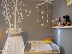 DIY Mobile mit Elefanten und Sternen. Wickelaufsatz für IKEA Malm Kommode von amazon. Wickelauflage von Schardt. Wandtattoo wurde individuell angefertigt.