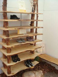 Natur pur: DIY-Regal aus Holzbrettern und Baumstämmen