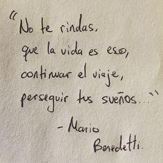 """""""No te rindas, que la vida es eso, continuar el viaje, perseguir tus sueños."""" Mario Benedetti"""