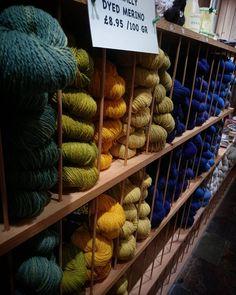 Garnaffären heter Shilasdair och det är en gammal tant som handfärgar med naturliga färger. Priserna är låga och garnet är jättemjukt och helt fantastiskt. Råkade köpa typ 8 hg garn.