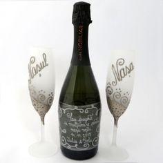 Acest cadou a fost creat special pentru un cuplu care doreste sa isi arate recunostinta fata de nasii lor.  Setul este personalizat prin pictura manuala si este ambalat intr-o eleganta cutie de cadou. Paharele sunt matizate si pictate cu platina. Flute, Nasa, Red Wine, Alcoholic Drinks, Champagne, Bottle, Tableware, Blog, Decor