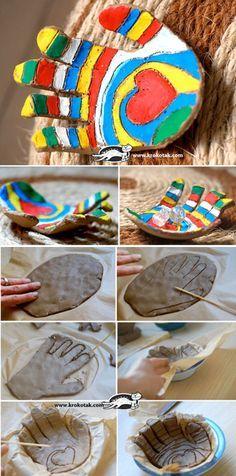 A hand with a heart.  Kinderen leggen hun hand op klei en tekenen dit over met een penseel ze laten dit drogen en shilderen dit dan in.