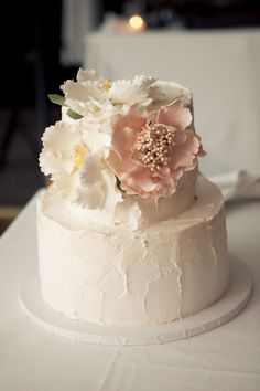Stunning icing flowers on an understatedly beautiful wedding cake