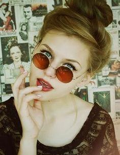 5aaee2bca7ed8 Óculos redondo de lentes avermelhadas. Cabelo Roxo Pastel, Cabelo Cinza,  Referência De Cabelo