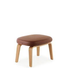 La toute dernière nouveauté de l'éditeur Normann Copenhagen. ERA est un fauteuil intemporel, dessiné par Simon Legald. Voici le repose pieds assorti. Choisissez parmi 2 gammes de tissus (Fame et Breeze Fusion) et cuirs (Tango) ainsi que le piètement en chêne ou en noyer. Contactez nous à service_clients
