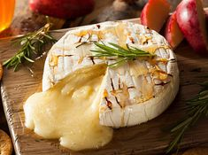 Brie seems to be such a cold weather cheese, doesn't it? It's most likely due to the fact that Brie … Camembert Barbecue, Camembert Roti, Camembert Cheese, Red Pepper Jelly, Thanksgiving Desserts Easy, Good Food Channel, Cheese Pairings, Wine Pairings, Baked Brie
