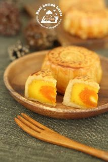 Nasi Lemak Lover: Baked Salted Egg Yolk Custard Mooncakes 咸蛋奶黃月饼