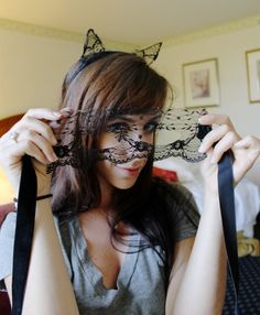 Catwoman Costume How to Make Lace Cat Ears for a DIY Catwoman Costume - A detailed step-by-step tutorial with pictures teaching you how to make simple lace cat ears for a DIY Catwoman costume. To go with our DIY lace mask! Diy Catwoman Costume, Catwoman Cosplay, Chic Halloween, Halloween Party, Cat Costumes, Halloween Costumes, Halloween Outfits, Costume Ideas, Diy Lace Mask