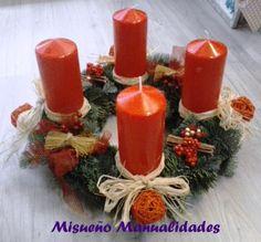 Corona de adviento por encargo con abeto natural, 4 velas rojas grandes y una decoración sencilla.  www.misuenyo.com / www.misuenyo.es