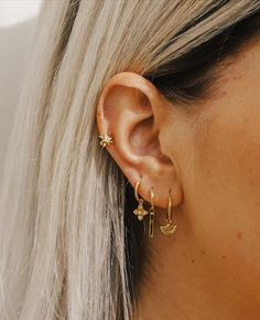 46 Ear Piercings for Women Beautiful and Cute Ideas Ear piercings are always hot! In other words, they can make you look totally different from the rest. Ear piercing is not just limited to the standar… Cute Ear Piercings, Ear Piercings Cartilage, Multiple Ear Piercings, Double Cartilage, Cartilage Hoop, Triple Lobe Piercing, Tongue Piercings, Ear Piercing Guide, Ear Piercings