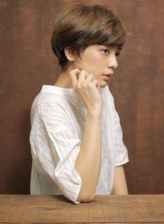 シンプルで柔らかく見えるショートヘアです。襟足をすっきりカットさせ後頭部に奥行きを持たせることにより、首が細く見え、横から見た時のアゴのラインがとてもキレイに見えてすっきり横顔美人を作り上げます。 Asian Short Hair, Short Dark Hair, Medium Short Hair, Very Short Hair, Medium Hair Styles For Women, Hot Hair Styles, Short Hair Cuts For Women, Curly Hair Styles, Short Bob Hairstyles