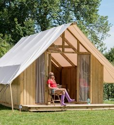 www. Backyard Guest Houses, Backyard House, Tiny House Cabin, Tiny House Design, Small Garden Huts, Ideas De Cabina, Tent Platform, Bungalow, Quonset Hut Homes