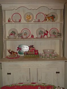 I want this in my house! I'm now on a quest for the dishes! Vintage Christmas Dishes Displayed