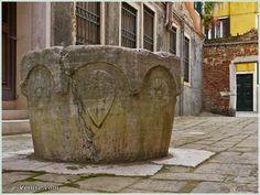 Le puits de la Corte de le Pizzocare, dans le sestier de San Marco à Venise. Ce puits en pierre d'Istrie, d'un peu moins de 80 cm de hauteur, date de la seconde moitié du XVe siècle. On peut y voir le blason de la famille Lezze, alors propriétaire des maisons attenantes.