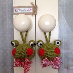 ༺༺༺♥Elles♥Heart♥Loves♥༺༺༺ ........♥Crochet Amigurumi♥........ #Amigurumi #Patterns #Crochet #Softies #Childrens #Toys #Handmade #Teddy #Doll #Tutorial #Patterns #Collectable~ ♥Beautiful Crochet Work By El Gancho De Lola Door Hanger Frog