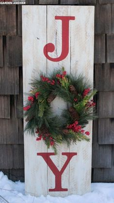 DIY Christmas decorations are fun projects to do with your family and friends. At the same time, DIY Christmas decorations … Christmas Wood Crafts, Christmas Porch, Outdoor Christmas Decorations, Christmas Projects, Winter Christmas, Holiday Crafts, Christmas Wreaths, Country Christmas, Christmas Signs On Wood