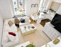 Mieszkanie ma 32m2 powierzchni. Mimo niewielkich rozmiarów jest wszystko czego potrzebujemy do życia: sypialnia (na antresoli), duża sofa, aneks kuchenny i łazienka.