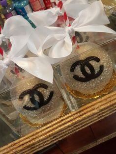 Coco Chanel candy apples @one_skinny_baker (cookie pizza decorating)