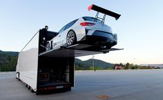#Motorsport auf höchstem Niveau: der# SEAT Leon Cup Racer wird in bester Knight Rider Manier transportiert. (Foto: Rolf Klatt)