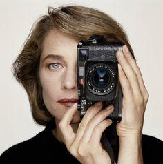 Charlotte Rampling con una Leica M6, me encanta esta imagen, y su cámara claro, si alguien tiene una yo acepto donaciones!!