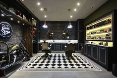 Barber shop desing black and white. Barber Shop Interior, Barber Shop Decor, Garage Interior, Old School Barber Shop, Barbershop Design, Showroom Design, Barber Chair, Garage Design, Salon Design