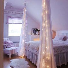 QUARTO DE PRINCESA | esta pode ser a inspiração perfeita para decorar o quarto da sua filha pré-adolescente. Cortinas e luzes de natal que envolvem a cama transformam o ambiente num quarto de princesa. :) #TecnisaDecor #dicaTecnisa #ficaadica #decoração #Tecnisa Foto: Bhg