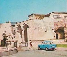 Turist în București: Strada Franceza - Centrul Vechi - Bucuresti Romania People, Taj Mahal, Building, Travel, Bucharest, Viajes, Buildings, Destinations, Traveling