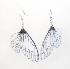Chaque boucle doreille est une illustration délicate dune aile de cigale. Les ailes sont sérigraphiés main sur polystyrène semi transparent dun dessin