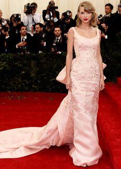Les robes les plus marquantes du MET Gala 2014: Taylor Swift (Photo Getty Images)   Elle Québec #METgala