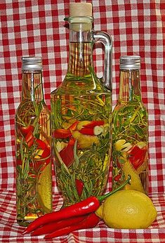 Chili-Knoblauch-Öl mit Rosmarin, Thymian und Zitrone Chili garlic oil with rosemary, thyme and lemon, a nice recipe from the category spices / oil / vinegar / pastes. Flavored Oils, Infused Oils, Chili Spices, Cocktail Desserts, Cocktail Recipes, Rosemary Chicken, Garlic Oil, Chicken Spices, Food Club