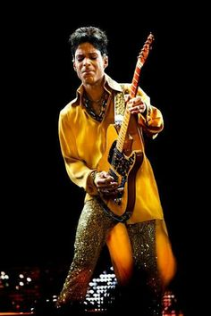 Prince doing what he does with his guitar. Prince Images, Photos Of Prince, Music Genius, The Artist Prince, Vintage Black Glamour, Paisley Park, Roger Nelson, Prince Rogers Nelson, Purple Reign