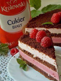 Wilgotne i intensywnie czekoladowe ciasto przełożone puszystą pianką z musu malinowego. Drugi krem przygotowałam na bazie delikatnej ricotty o lekkim posmaku malin. Dzięki temu ciasto jest lekkie, …