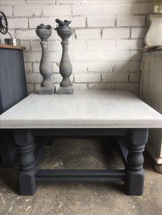 Oude donker massief eiken tafel is grijs geworden.