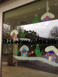 Natal - Aldeia do Natal  Casinhas: Cartão das caixas de ceriais, pintado com a técnica cola e tinta, glitters. Telhado : cartão e colagem neve.  Pintura da mão no vidro a fazer de árvore de natal.