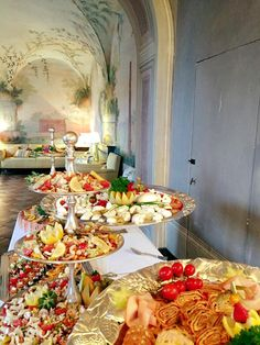 Aperitif buffet in the Baronessa living room, whole painted with frescoes Siena, Fresco, Buffet, Table Settings, Cottage, Living Room, Fresh, Cottages, Place Settings