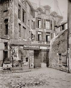 workman:    veuvenoir:    Photogravure shop Georget & Ramonde, Paris, c1900   Photographer: Eugène Atget