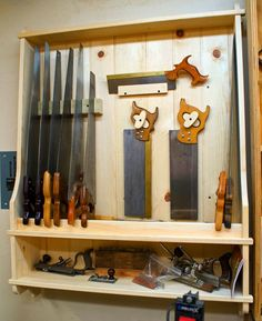 Saw till Easy Woodworking Ideas, Woodworking Workshop, Woodworking Tools, Tool Wall Storage, Shop Storage, Garage Organisation, Workshop Organization, Tool Bench, Easy Wood Projects