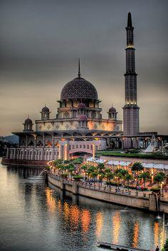 LaMezquita Putra es la principal mezquita dePutrajaya,Malasia.