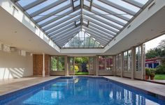 View of pool house interior at deep end of pool with roof lantern overhead Luxury Swimming Pools, Luxury Pools, Indoor Pools, Pool House Interiors, Children Swimming Pool, Lap Swimming, Westbury Gardens, Inside Pool, Pool House Plans