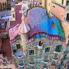 Gaudi Art Nouveau Architecture, Beautiful Architecture, Beautiful Buildings, Art And Architecture, Beautiful Places, Unusual Buildings, Interesting Buildings, Antonio Gaudi, Modernisme