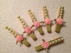 scrapbooking idea for altered clothespins ♥ Clothespin Magnets, Wooden Clothespins, Diy Magnets, Crafts To Sell, Diy And Crafts, Arts And Crafts, Paper Crafts, Clothes Pegs, Clothes Crafts