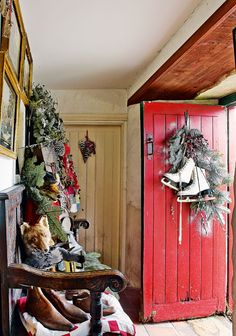 Christmas decor in an 18th century cottage! http://www.periodliving.stfi.re/completed-projects/cosy-18th-century-cottage/?sf=begxajv