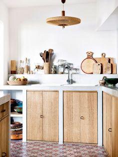 Ingrédients bruts dans la maison bohème de la créatrice de Sessùn - A kitchen made of natural materials in Designer Sessùn's home | #cuisine #bois #naturel #kitchen #natural #wood