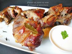 Spalam putin piciorul de porc. Intr-un vas mai larg punem vinul, sare, putin piper macinat, 1 lingurita boia de ardei dulce, cimbrul uscat si le amestecam bine. Punem piciorul in acest amestec, il acoperim si il dam la ... Pork Recipes, Cooking Recipes, Jacque Pepin, Romanian Food, Pulled Pork, Tandoori Chicken, Food And Drink, Homemade, Ethnic Recipes