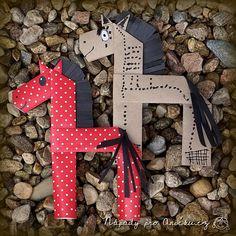 Tento nápad jsme našli ve Velké knize nápadů pro tvořivé ruce. Řekla bych, že spomocí dospěláka ho zvládnou děti od čtyř let. Z balicího papíru ustřihneme proužek (cca cm). Horse Crafts Kids, Farm Animal Crafts, Toddler Crafts, Crafts For Kids, Arts And Crafts, Paper Crafts, Art N Craft, Craft Work, Origami And Quilling