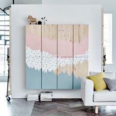 Schöner IKEA Hack: IVAR Schränke von IKEA als Wohnwand. Die Schranktüren wurden mit Farbe individuell gestaltet.